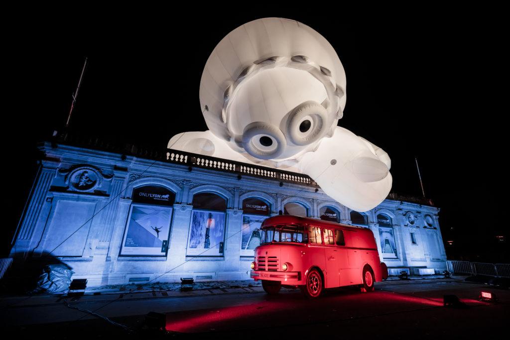 Fête des Lumières 2018, un Anooki géant attrape un camion de pompiers
