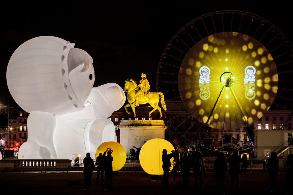 Une installation lumière sur la place Bellecour, lors de la Fête des Lumières de Lyon 2018